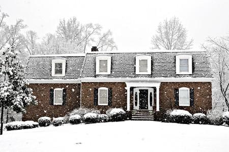 冬の寒い日に家の幹部に降る雪
