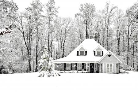 Frosty en koude winter scence met exective huis Stockfoto