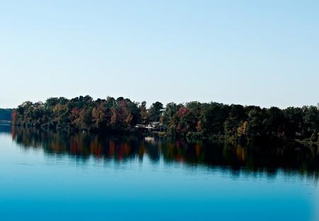 青い水と秋の紅葉はこの seren シーンを確認します。 写真素材
