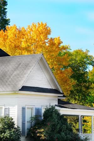 青い空と黄色の紅葉を飾るこの家 写真素材