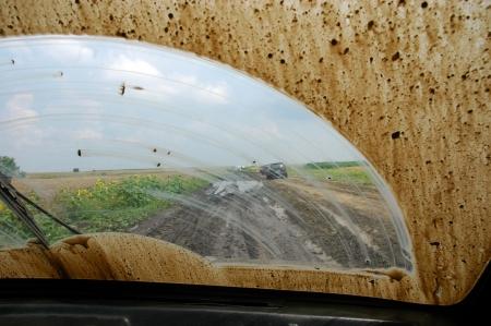 Van de weg rijden door de modder