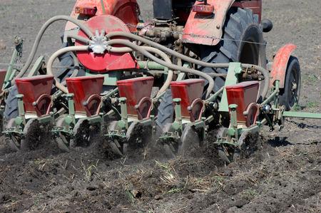 siembra: Siembra un campo con un tractor en primavera Foto de archivo