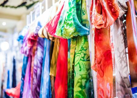 bufandas: pa�uelos de colores en el carnaval de vacaciones de invierno Foto de archivo