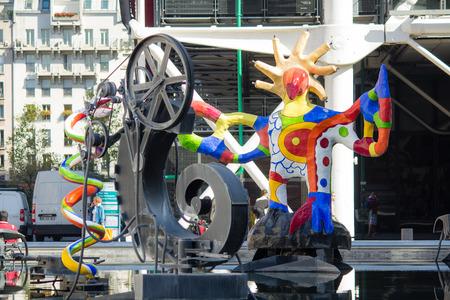 clave de fa: Primer del p�jaro de color, engranajes, y en clave de Fa esculturas en Stravinsky Fuente lado del Centro Pompidou, Par�s, Francia