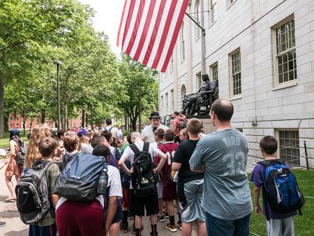 guia turistico: Cambridge, MA 12 de junio de 2015: La gu�a tur�stica en hongo presenta la historia de la Universidad de Harvard a un grupo de la escuela media en Harvard Yard. Editorial