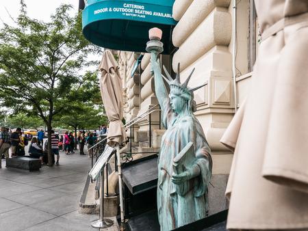 lady liberty: Nueva York, Nueva York 16 de junio de 2015: Estatua de la Libertad en miniatura fuera tienda gourmet en el Bajo Manhattan Editorial