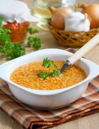 lenteja: taz�n de sopa de lentejas rojas con cebolla y ajo en una tabla. Foto de archivo