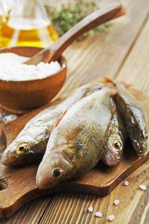 Perche poisson frais sur une table en bois