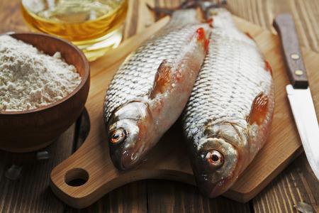 rudd: Fresh fish rudd, ide on a wooden table