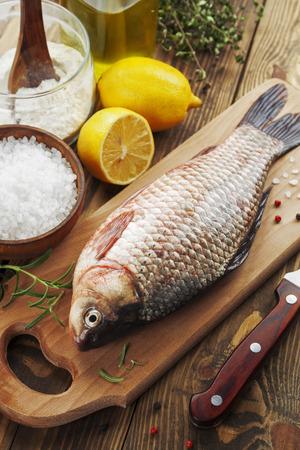 karausche: Frischer Fisch Karausche auf einem Holztisch