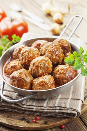 salsa de tomate: Alb�ndigas en salsa de tomate en la sart�n