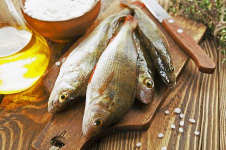 Perche poisson frais sur une table en bois Banque d'images