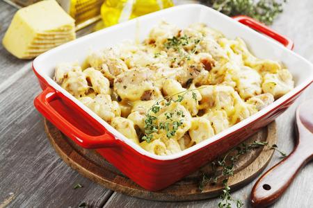 콜리 플라워, 닭고기와 세라믹 냄비에 치즈와 캐서롤