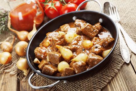 onion: Stifado. Carne de res guisada con cebolla y tomate