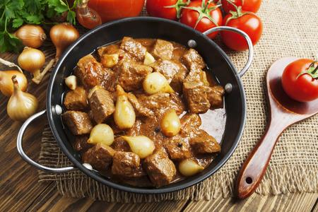 cebolla: Stifado. Carne de res guisada con cebolla y tomate