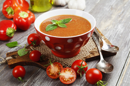 semaforo en rojo: Gazpacho delicioso en mesa de madera y verduras frescas