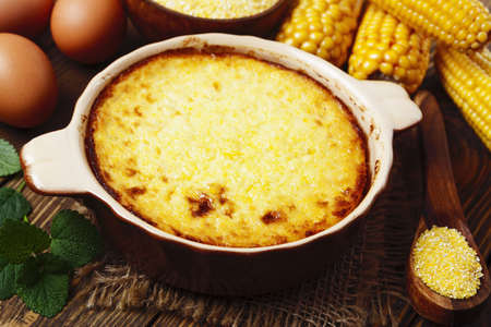maiz: Cazuela de polenta sobre la mesa de madera Foto de archivo