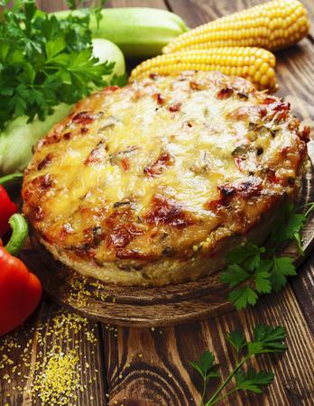 maiz: Cazuela de polenta, el calabac�n y el piment�n en la mesa