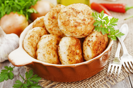 chicken roast: hamburguesas de pollo en una olla de cerámica