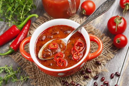 Sopa de frijol rojo y chile. Cocina mexicana Foto de archivo