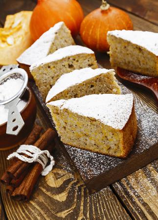 comida rica: Torta con la calabaza, la canela y el azúcar en polvo