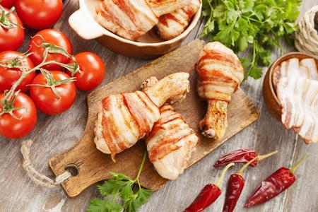 Cuisse de poulet enveloppée de bacon sur la table