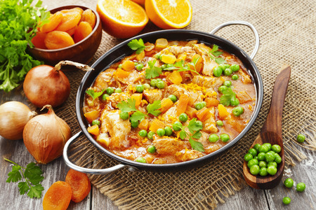 legumbres secas: Chicken with oranges, green peas and dried apricots