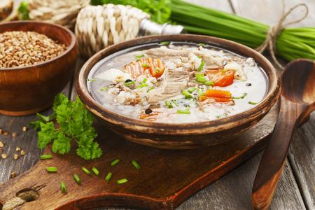 Suppe mit Buchweizen und Fleisch. Russisch traditionelles Gericht