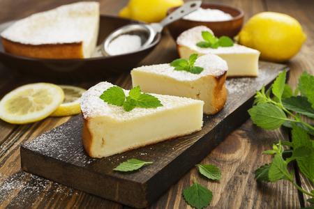 lemon pie: deliciosa tarta de limón en la mesa de madera