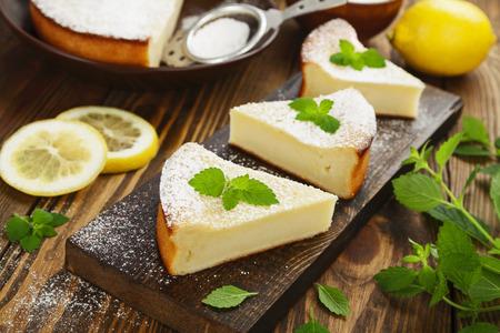lemon pie: deliciosa tarta de lim�n en la mesa de madera