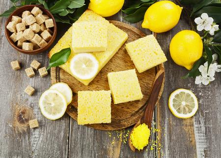 lemon pie: Delicioso pastel de lim�n con las virutas de coco amarillo