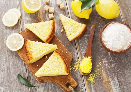 pie de limon: Delicioso pastel de limón con las virutas de coco amarillo