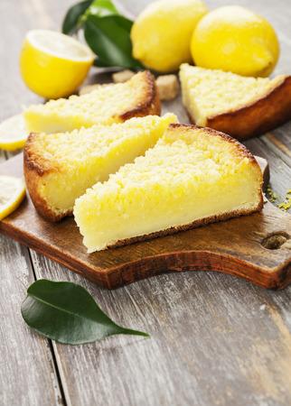 lemon pie: Delicioso pastel de limón con las virutas de coco amarillo