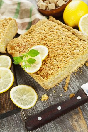pie de limon: deliciosa tarta de limón con masa quebrada sobre la mesa