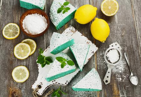 pie de limon: Delicioso pastel de limón con chips de color coco Foto de archivo