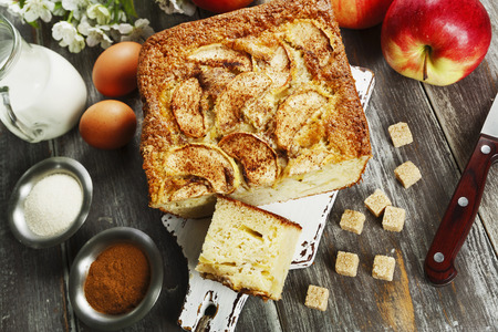 Apple pie with semolina and cinnamon on the table. Mannick Archivio Fotografico