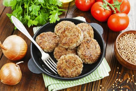 Hamburguesas vegetarianas de trigo sarraceno en la mesa