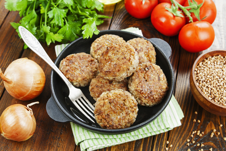 Vegetarische Burger aus Buchweizen auf dem Tisch