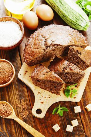 Zucchini cake with cocoa powder on the table Zdjęcie Seryjne