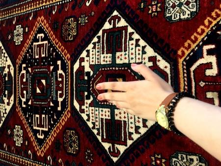 Sanfte Hand der Frau und Orientteppiche. Einzigartige Muster. Standard-Bild - 81385504
