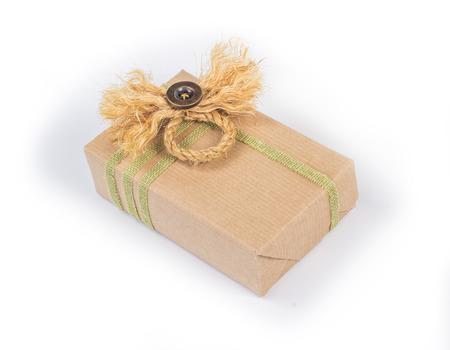 paper packing: Peque�o paquete envuelto en papel de embalaje marr�n