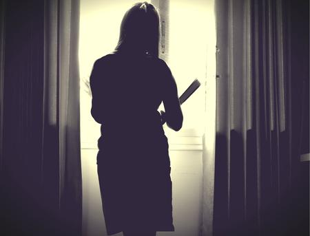 Het silhouet van een gestresste en depressieve vrouw die zich zorgen maakt over haar studie