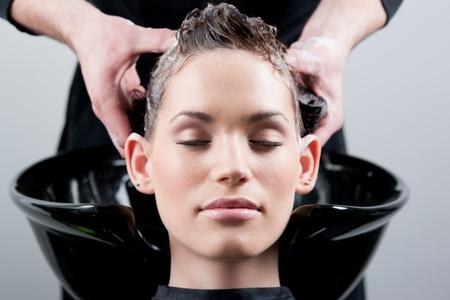 peluquerias: Hermosa joven obtener un lavado del cabello. En un sal�n de belleza. Cerrar.