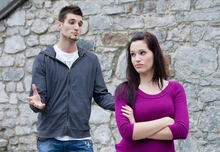 fighting women: Par de combates. Un joven est� tratando de tener una conversaci�n, mientras �l es ignorado por su novia