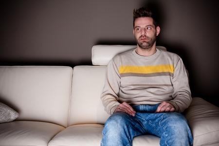 ver television: Un hombre bizco tratando de ver TV