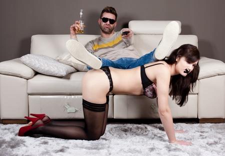 esclavo: Dominaci�n total.Un hombre con su novia como una mesa de caf� Foto de archivo