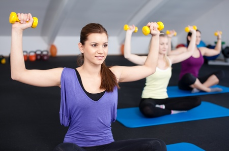 levantando pesas: Un peque�o grupo de fit joven levantar pesas en un club de salud  Foto de archivo