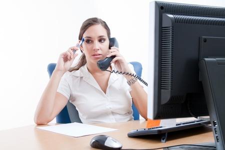 blusa: Empresaria preocupada, hablando por tel�fono
