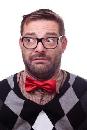 dudando: Geek unconfident, nervioso. Aislado en blanco.