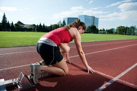 hand position: Atleta femenina en los bloques de salida, prepar�ndose ir